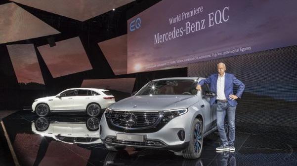 다임러그룹의 디터 제체 전 회장이 지난해 9월일 전기차 전용 브랜드 EQ의 첫번째 양산 모델인 EQC를 공개한 후 기념촬영하고 있다./메르세데스-벤츠 제공