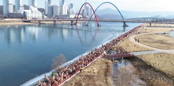 지난 1월 1일 대전 갑천변에서 열린 '2019년 맨몸 마라톤대회' 참가자들이 힘차게 달리고 있다./맥키스컴퍼니