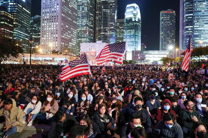 """홍콩시민들 """"생큐 트럼프"""" - 도널드 트럼프 미 대통령이 '홍콩인권민주주의법(홍콩인권법)'에 서명한 후인 28일 밤 홍콩 에든버러 광장에 시민 수천명이 모여 집회를 열고 있다. 일부 참가자는 성조기를 흔들고 있다. 이날 중국 국방부 런궈창 대변인은 """"홍콩 주둔 인민해방군은 언제든 당 중앙위원회와 중앙군사위원회의 지휘에 따라 부여한 사명을 이행함으로써 국가 주권을 단호히 수호하고, 홍콩의 장기적인 안정을 유지할 능력을 갖추고 있다""""고 밝혔다. 중국 지도부 결심만 있으면 중국은 언제든 홍콩 주둔 인민해방군을 투입할 수 있다고 강조한 것이다."""
