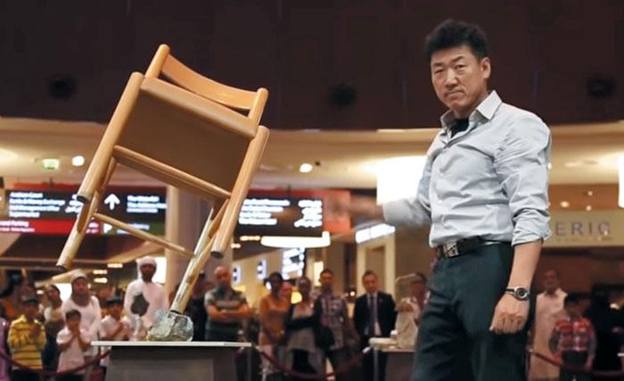 변남석씨가 '두바이 몰'에서 밸런싱 퍼포먼스를 보여주고 있다. 유튜브 화면