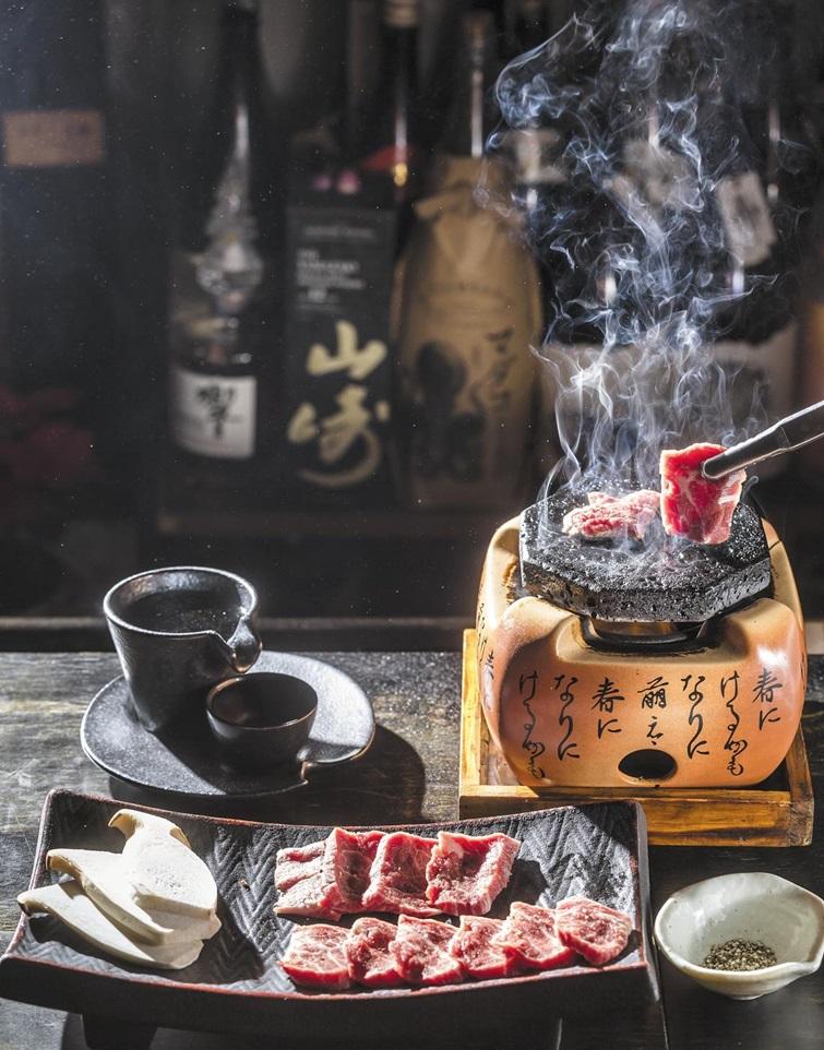 '이자카야 기분'에서 안주로 내는 소고기 화로구이. 일본술 전문 이자카야답게 보유한 사케·쇼추의 가짓수와 질에서 국내 최고로 꼽힌다. /김종연 영상미디어 기자