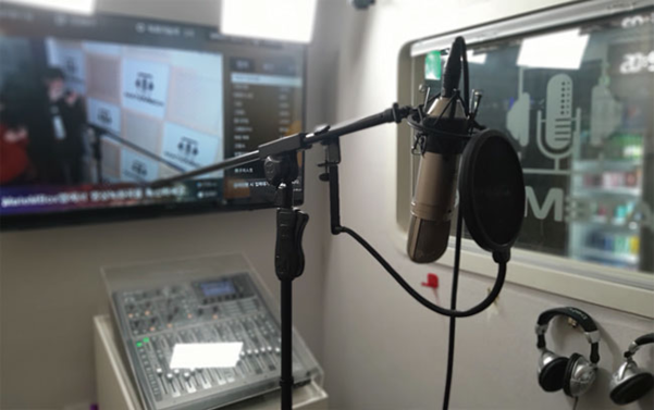 녹음실 내부에 있는 마이크, 믹서, 헤드폰 등 녹음 장비./ 김두원 인턴기자