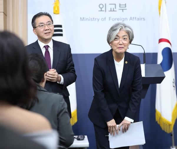 강경화(오른쪽) 외교장관이 지난달 서울 도렴동 외교부 청사에서 브리핑을 하고 인사하고 있다. /연합뉴스