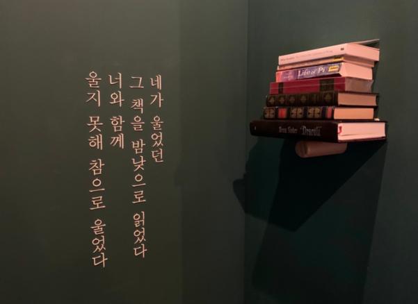 상수동에 있는 그의 서점 '책과 밤 낮'의 입구. 박정민의 지적 취향이 다채롭게 들어찬 공간이다.
