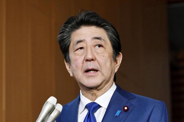 아베 신조 일본 총리가 지난 28일 기자단과 만나 북한의 발사체에 대해 언급하고 있다. /AP 연합뉴스
