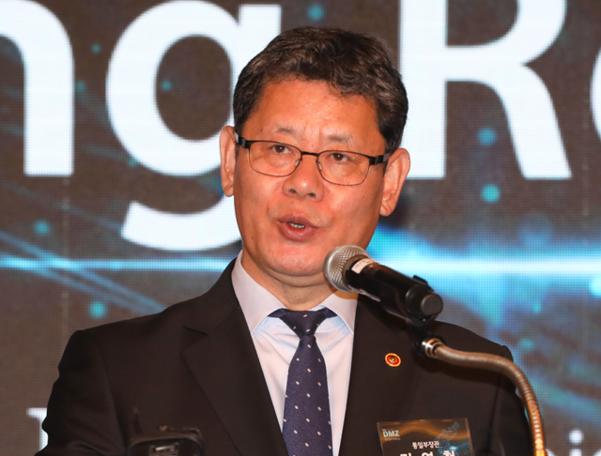 김연철 통일부 장관이 지난 28일 서울 포시즌스호텔에서 열린 'DMZ 평화협력 국제포럼'에서 개회사를 하고 있다. /연합뉴스