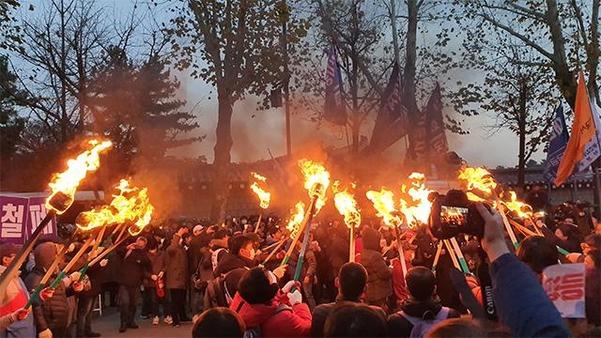 30일 '전국 민중대회' 참가자 일부가 서울 종로구 청와대 앞에서 횃불을 들고 있다. /김윤수 기자