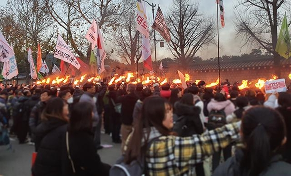 30일 '전국 민중대회' 참가자들이 서울 종로구 청와대 앞에서 횃불을 보고 환호하고 있다. /민서연 기자