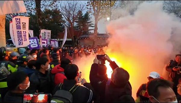 30일 '전국 민중대회' 참가자들이 서울 종로구 청와대 앞에서 횃불을 들자 경찰이 진화에 나서고 있다. /김윤수 기자