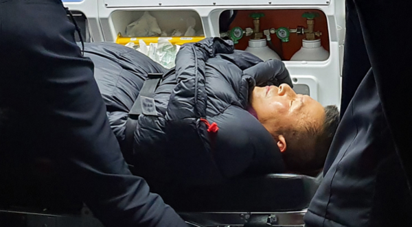 자유한국당 황교안 대표가 단식 8일째인 지난달 27일 밤 응급실로 이송되고 있다./연합뉴스