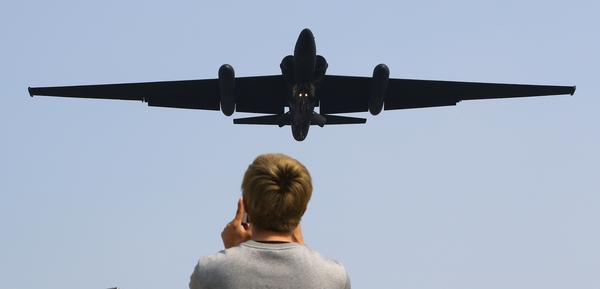 미군 정찰기가 북한 '초대형 방사포' 발사 이틀 만인 지난달 30일 한반도 상공을 비행한 것으로 1일 알려졌다. 사진은 2017년 경기도 평택시 오산기지에 착륙하는 U-2S 정찰기./연합뉴스