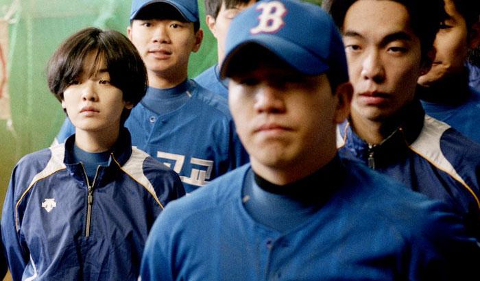 한때 '천재 야구 소녀'로 불렸던 수인(이주영)은 고등학교 졸업 후 갈 곳이 없다.
