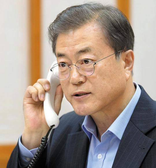 문재인 대통령이 1일 오후 청와대 관저에서 우르줄라 폰데어라이엔 신임 유럽연합(EU) 집행위원장과 통화하고 있다.