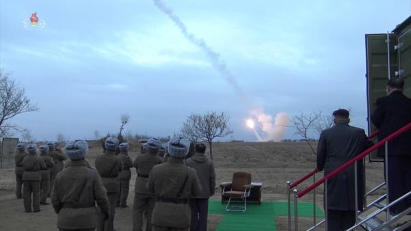 북한 김정은 국무위원장이 국방과학원에서 진행한 초대형 방사포 시험사격을 참관했다고 29일 조선중앙TV가 보도했다./연합뉴스·조선중앙TV