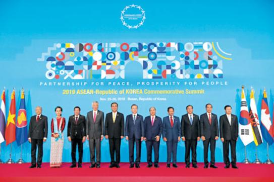 문재인(왼쪽에서 여섯 번째) 대통령이 26일 오전 부산 벡스코에서 열린 '2019 한·아세안 특별정상회의'에서 참석자들과 기념 촬영을 하고 있다. / 연합뉴스