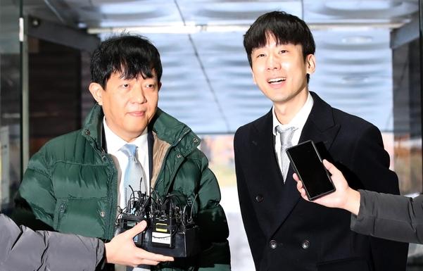 이재웅(왼쪽) 쏘카 대표와 박재욱 VCNC 대표. /뉴시스