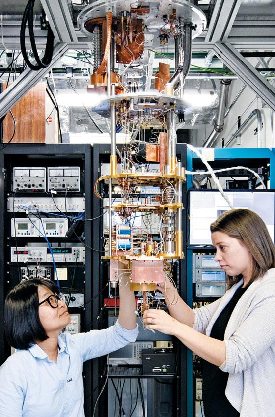 실패 위험 큰 연구는 회피… 인재들 해외로 - 미국 뉴욕에 있는 IBM 왓슨연구소에서 과학자들이 양자컴퓨터를 구동하는 초전도 장치를 살펴보고 있다. 왼쪽은 한국인 과학자 백한희 박사다. 실패 위험이 있는 연구를 회피하고 유행만 따르는 한국 과학계의 풍토가 우수 인재들을 밖으로 내몰고 있다. /IBM