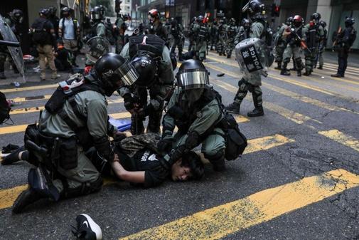 11월 13일 홍콩 센트럴 지구에서 경찰이 시위에 참여한 남성을 제압하고 있다. /AFP 연합뉴스