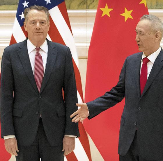 올 2월 베이징에서 류허(오른쪽) 중국 부총리가 로버트 라이트하이저 USTR 대표에게 악수를 청하는 모습.
