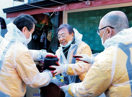 박정부(가운데) 아성다이소 회장과 임직원들이 2일 사회공헌 프로그램의 일환으로 강원도 삼척시 도계읍을 찾아 소외 계층 가정에 연탄 2000장을 전달했다.