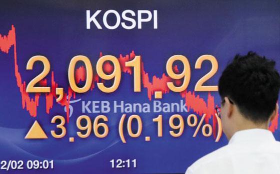 외국인의 '셀 코리아' 행진이 18거래일 연속 이어진 가운데, 2일 오후 한 KEB하나은행 직원이 서울 본점 딜링룸에 있는 전광판을 바라보고 있다.