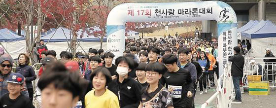 2019 한국의 경영대상 고객만족 경영 부문에서 3회째 종합대상을 수상한 DB생명보험이 지난달 10일 심장병 어린이 환자의 수술비를 후원하는 '천사랑마라톤대회'를 개최했다. 참가자들이 달린 1m당 1원씩 적립해 수술비를 후원하고 있다. /DB생명보험