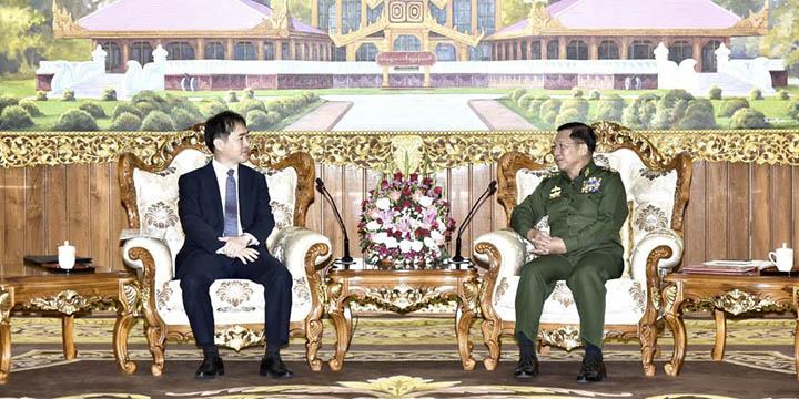 이상화(왼쪽) 주미얀마 대사가 지난 11월 6일 미얀마 네피도에서 민 아웅 흘라잉(Min Aung Hlaing) 미얀마 군총사령관과 면담하고 있다. 양측은 경제·군사 협력 방안 등에 대해 의견을 나눴다고 외교부는 밝혔다.  /미얀마 군사령부 제공