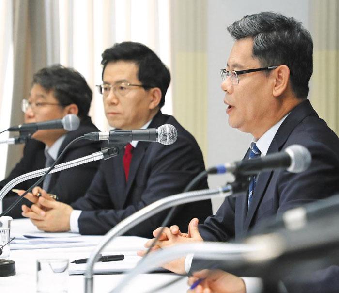 김연철(오른쪽) 통일부 장관이 2일 서울 중구 프레스센터에서 열린 관훈토론회에서 토론자들 질문에 답하고 있다.