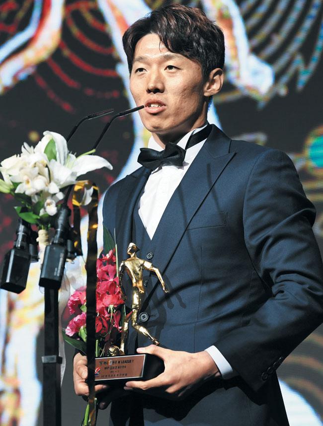 2일 열린 2019 K리그 시상식에서 최우수선수(MVP)로 뽑힌 울산 현대 미드필더 김보경이 수상 소감을 밝히고 있다.
