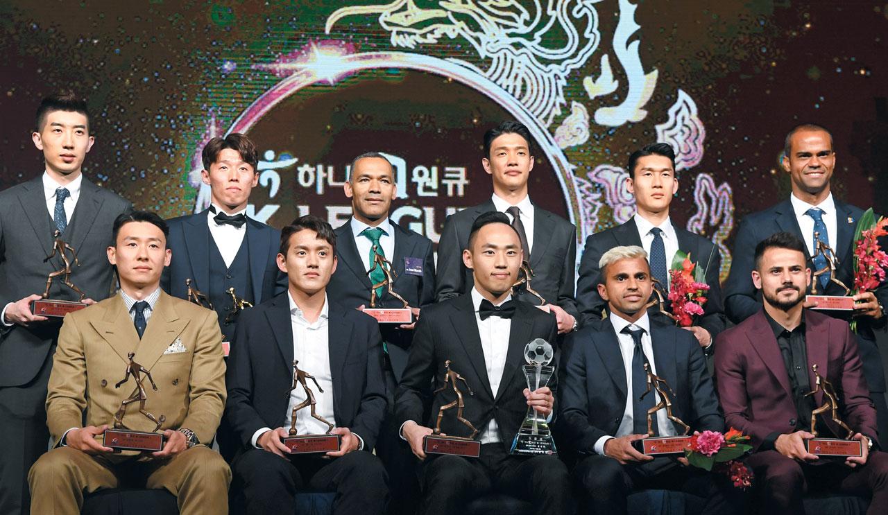 2일 오후 서울 홍은동 그랜드힐튼호텔에서 열린 2019 하나원큐 K리그 시상식에서 베스트11과 감독상 수상자들이 트로피를 들고 함께 포즈를 취하고 있다.