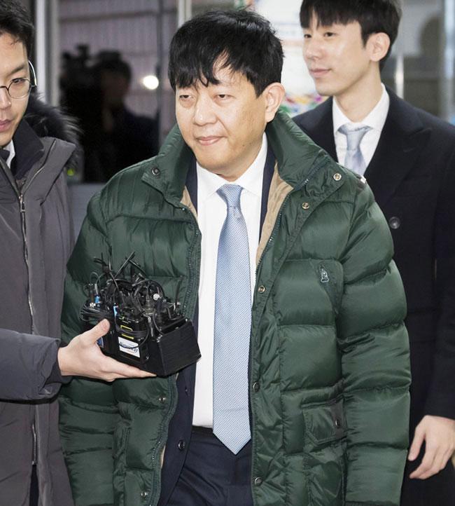 이재웅(왼쪽) 쏘카 대표와 타다 운영사인 VCNC 박재욱(오른쪽 뒤) 대표가 2일 오전  '타다' 사건의 첫 형사공판에 참석하기 위해 서울 서초구 서울중앙지법 법정에 들어가고 있다.