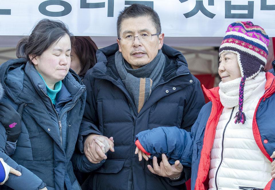 2일 당무에 복귀한 자유한국당 황교안(가운데) 대표가 자신이 8일간 단식을 진행했던 청와대 사랑채 앞 텐트에서 '동조 단식'을 했던 신보라(왼쪽), 정미경 최고위원을 부축하고 있다.