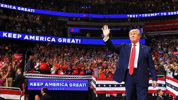 도널드 트럼프 미국 대통령의 유세 현장 곳곳에 게시된 '미국을 계속 위대하게(Keep America Great)' 구호. /트위터 캡처