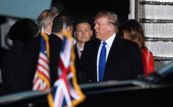 2일 영국 런던 스탠스테드 공항에 도착한 도널드 트럼프 미국 대통령이 전용기에서 내리고 있다. /EPA연합뉴스