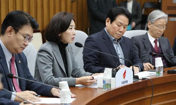 자유한국당 나경원(왼쪽에서 두 번째) 원내대표가 3일 당 원내대책회의에서 발언하고 있다. /연합뉴스