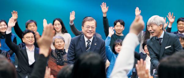 문재인 대통령이 지난달 19일 서울 상암동 MBC 사옥에서 열린 '2019 국민과의 대화'에서 미소를 짓고 있다. /연합뉴스