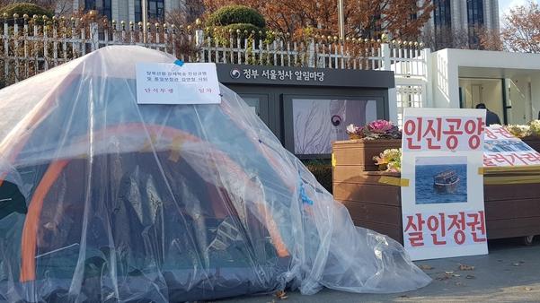 지난 2일 정부서울청사 앞 농성텐트 안에 이씨가 누워있다. /권오은 기자