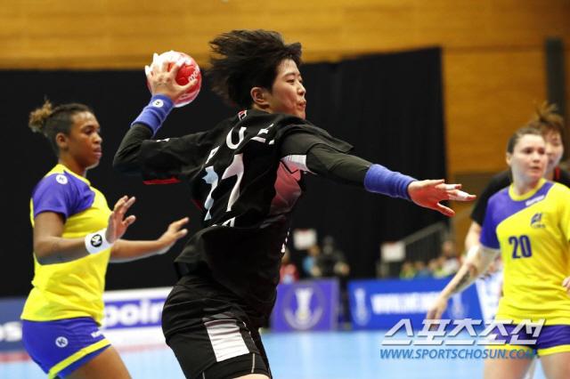 ◇한국여자핸드볼 대표팀의 에이스 류은희(가운데)가 3일 일본 구마모토에서 열린 제24회 핸드볼 세계여자선수권대회 브라질과의 조별리그 3차전에서 강력한 슛을 시도하고 있다. 사진제공=IHF
