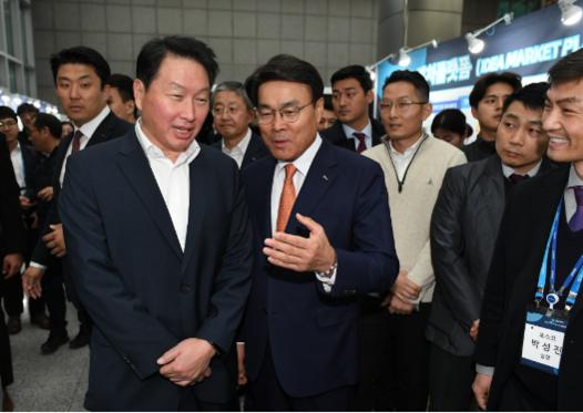최태원 SK회장(왼쪽)과 최정우 포스코 회장(오른쪽)이 행사장을 둘러보고 있다./ 조선 DB