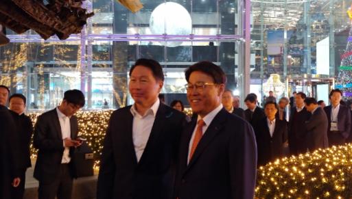 최태원 SK회장(왼쪽)과 최정우 포스코 회장(오른쪽)이 점등식 행사에서 기념 사진을 찍고 있다./ 안소영 기자