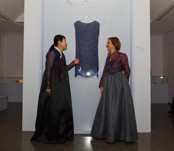 2일 전시 개막식에 참석한 고 이영희의 딸 이정우 디자이너(왼쪽)와 소피 마카리우 기메박물관 이사장. 모두 이영희가 지은 한복을 입었다/이영희 한국의상