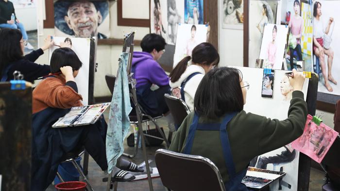 대학수학능력시험 성적 통보를 하루 앞둔 3일, 경기도 수원의 한 미술학원에서 학생들이 대입 실기시험 준비를 하고 있다.