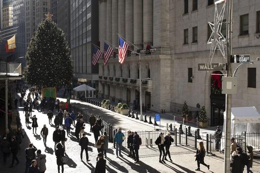 3일(현지 시각) 미국 뉴욕증권거래소 앞을 행인들이 지나가고 있다. /연합뉴스
