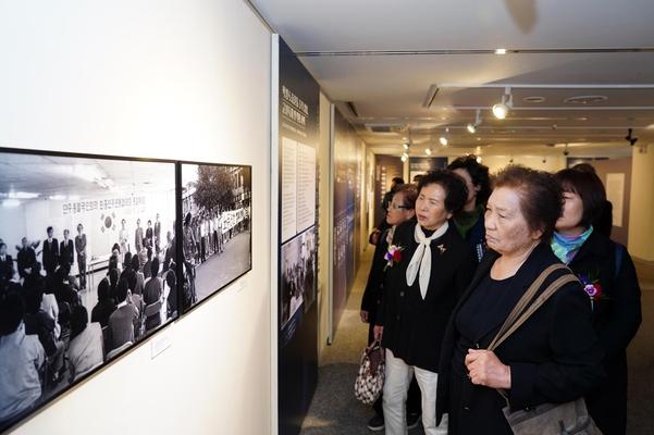 올해 국회에서 열린 '전국의 5.18들'을 관람하는 모습. 이 전시회가 대만에서도 열린다./5.18민주화운동기록관 제공