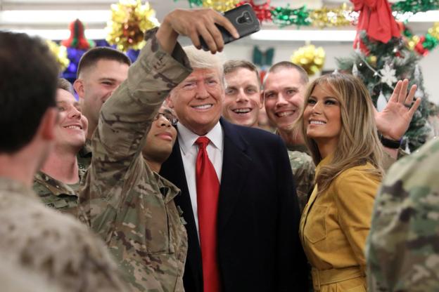 지난해 12월 이라크 아인 알아사드 공군기지를 방문한 도널드 트럼프 미국 대통령 부부가 현지 주둔 미군들과 사진을 찍고 있다. /트위터 캡처