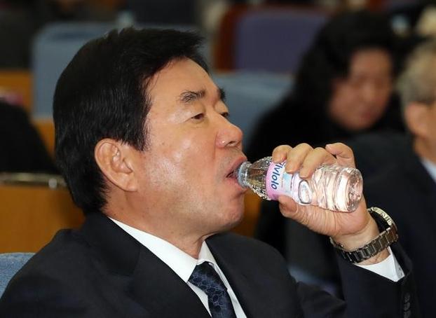 김진표 더불어민주당 의원이 지난 4일 국회 의원회관에서 열린 한 포럼에서 물을 마시고 있다. /뉴시스