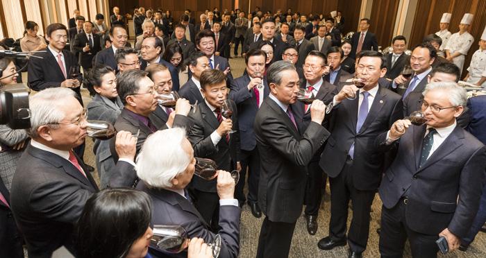 왕이(오른쪽 셋째) 중국 외교담당 국무위원 겸 외교부장이 5일 서울 중구 신라호텔에서 열린 오찬 행사에서 건배 제의를 한 뒤 와인을 마시고 있다.