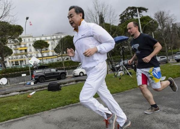 왕이(왼쪽) 중국 외교부장이 과거 한 해외 출장지에서 짬을 내 조깅을 하는 모습 /바이두