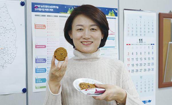 방혜선 농촌진흥청 곤충산업과장이 11월 26일 전북 완주군 집무실에서 고소애 쿠키와 에너지바를 들어 보이고 있다./ 최상현 기자