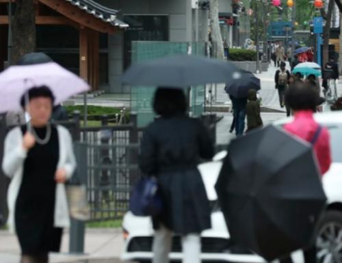 우산을 든 시민들이 서울 세종로 사거리를 걷고 있다. /연합뉴스
